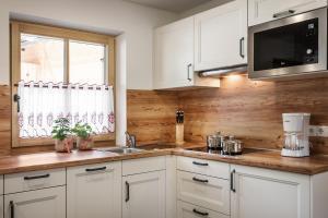 A kitchen or kitchenette at Pradel Dolomites