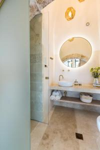 A bathroom at Neratze Hammam Suites