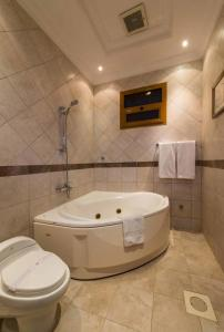 Um banheiro em Boudl Al Nakheel