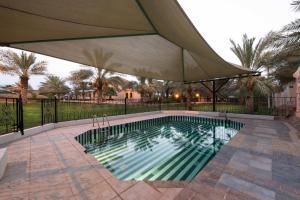 A piscina localizada em Boudl Al Nakheel ou nos arredores
