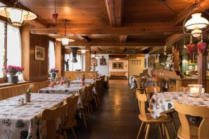 A restaurant or other place to eat at Hotel Restaurant Hirschen