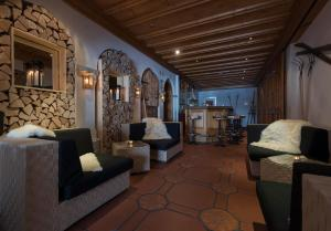A seating area at Hotel des Alpes