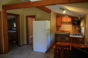 A kitchen or kitchenette at Kennebunk Gallery Motel and Cottages