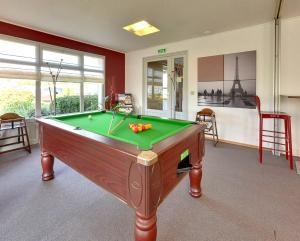 A pool table at Campanile Roissy - Saint Witz