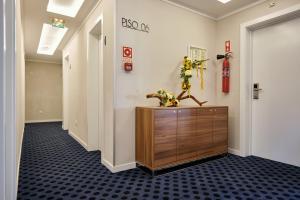 De lobby of receptie bij Patria Hotel