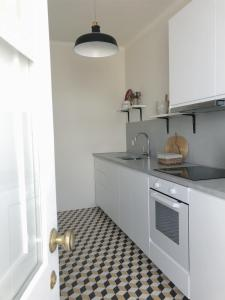 A kitchen or kitchenette at Casa ao Cubo