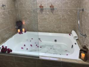 Um banheiro em Suítes Bouganville