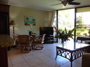 A seating area at Aloha KAI - Resort Condo