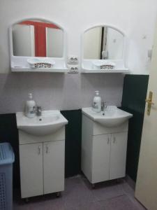A bathroom at Yolo Savamala