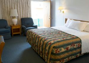 A bed or beds in a room at Dreamers Lodge