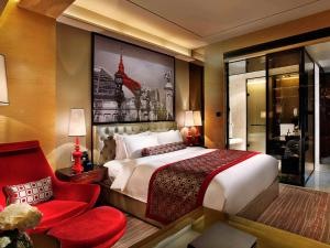A bed or beds in a room at Sofitel Guangzhou Sunrich