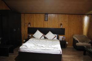A bed or beds in a room at Vamoose Mandarin Village Resort