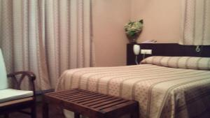 A bed or beds in a room at Hotel Rural Casa Roja