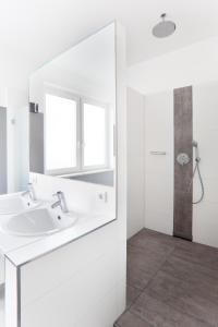 A bathroom at Five Reasons Hostel & Hotel