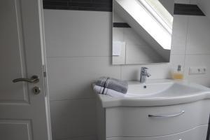 A bathroom at Ferienwohnung am Eifelsteig