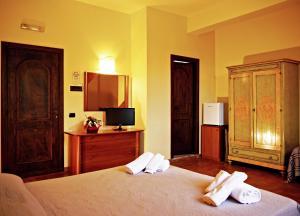 A bed or beds in a room at Tenuta Del Massimo Feudo