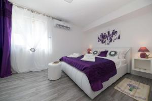 A bed or beds in a room at Relax Derossi