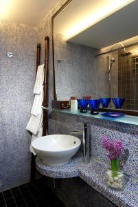 A bathroom at Lan Kwai Fong Hotel @ Kau U Fong (Designated Quarantine Hotel)