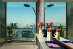 A balcony or terrace at Lan Kwai Fong Hotel @ Kau U Fong (Designated Quarantine Hotel)
