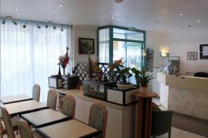 A kitchen or kitchenette at Hôtel Aladin