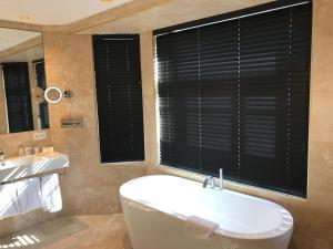 A bathroom at Gatsby Hotel Blankenberge - Small Luxury Hotel - Meeting Room - Adults Only