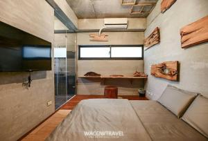 A bed or beds in a room at Pin Shiuan Inn