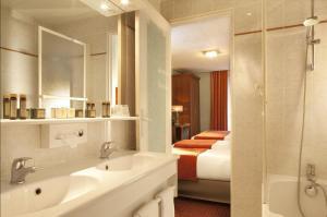 A bathroom at Hotel Terminus Lyon