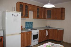 Кухня или мини-кухня в Апартаменты на Пермякова