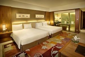 سرير أو أسرّة في غرفة في هيلتون باندونغ