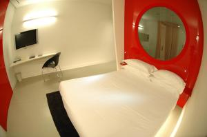 A bed or beds in a room at DuoMo Hotel