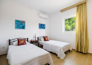 A bed or beds in a room at Villa Broumas Kefalonia