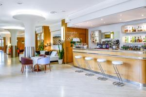 The lounge or bar area at Hotel Bologna Airport