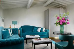 A seating area at San Firenze Suites & Spa