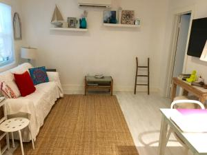 A seating area at Cozy Beach Casita