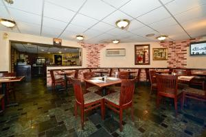 A restaurant or other place to eat at Howard Johnson by Wyndham Newark Airport