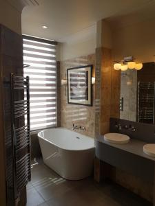 A bathroom at Prom Hotel