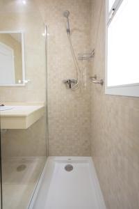 Ett badrum på Apartamentos Las Rosas de Capistrano