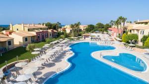 Uitzicht op het zwembad bij Grupotel Playa Club of in de buurt
