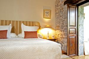 A bed or beds in a room at Hotel Casona de Quintana