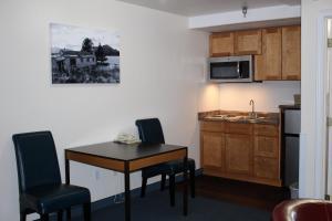 A kitchen or kitchenette at Puffin Inn