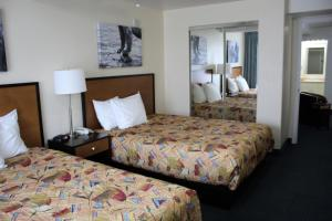 A bed or beds in a room at Puffin Inn