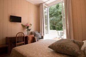 A bed or beds in a room at Hotel Villa Delle Rose