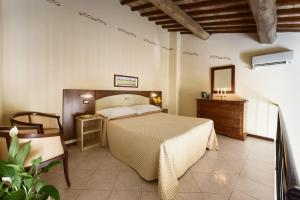 A bed or beds in a room at Hotel Dei Capitani