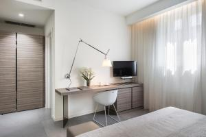 A television and/or entertainment center at Hotel & Resort Le Colombare