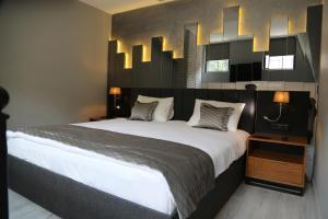 سرير أو أسرّة في غرفة في Alfa Suites & SPA