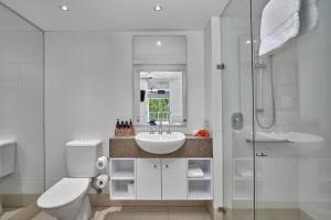 A bathroom at Palm Cove Paradise - Couples spa beach getaway