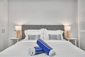 A bed or beds in a room at Palm Cove Paradise - Couples spa beach getaway