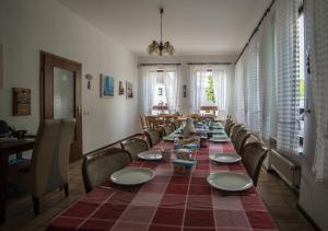 A restaurant or other place to eat at Ferienhaus Vulkaneifel Kopp