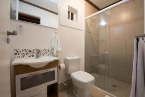 A bathroom at Pousada Villa Belle Chalés