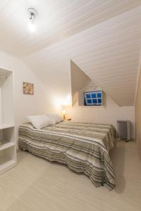 A bed or beds in a room at Pousada Villa Belle Chalés